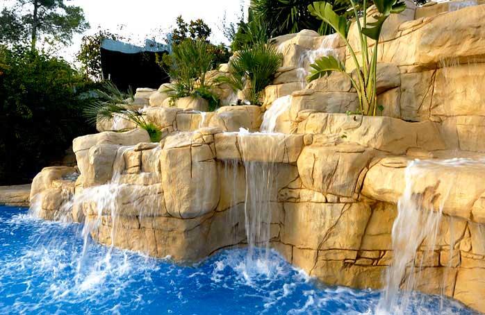 Piscinas de arena construcci n de piscinas tipo playa - Piscinas con cascada ...